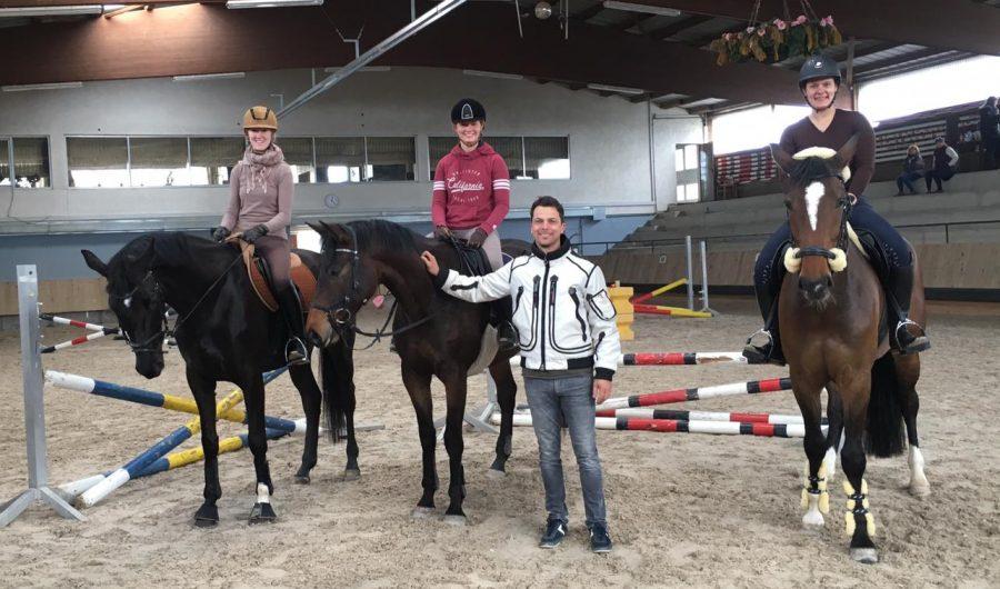V.l.n.r. Silvia Rathfelder (Schöne Polarin), Julia Scherer (Dujardin), Trainer Dominik Todten, Katharina Scheuer mit Peaches (Westfale)